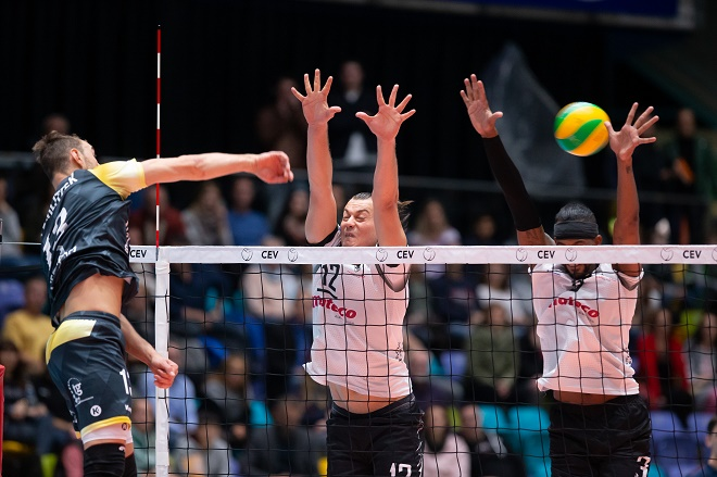 Deutschland - Frankfurt - 13.11.2018  / Volleyball - Hessen - 2019 CEV Volleyball Champions League - Herren Saison 2018/2019 / United Volleys Frankfurt (schwarz) - PAOK Thessaloniki VC (ws) / v.l. Moritz Karlitzek (United Volleys - Nr. 13), Mitar Tzourits (PAOK Thessaloniki VC - Nr. 12), Javier Ernesto Jimenez Scull (PAOK Thessaloniki VC - Nr. 14)