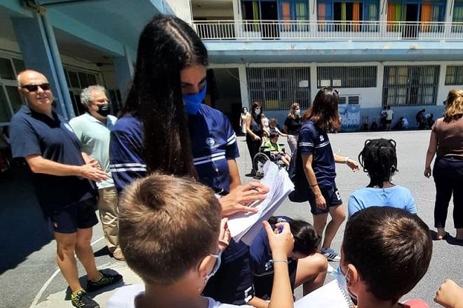 Μοίρασαν δώρα – αυτόγραφα οι διεθνείς σε μαθητές του Ηρακλείου